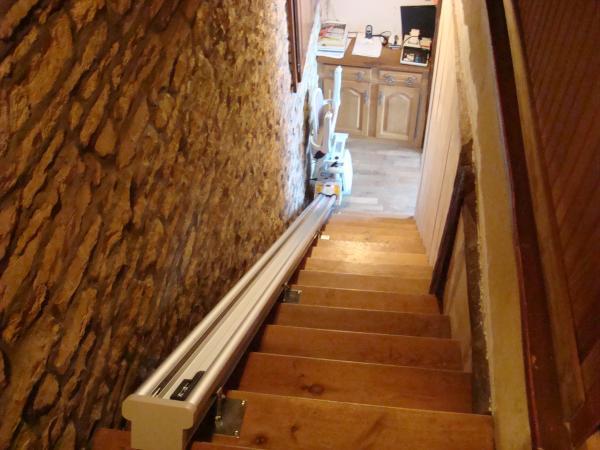 Fixation d'un monte-escaliers sur structure bois